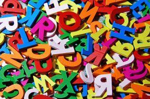 gekleurde letters op een hoopje