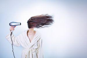 haar drogen met een haardroger