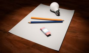 blad met potloden, gom en gloeilamp