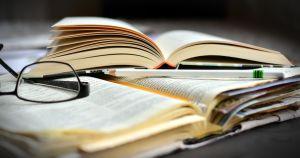 open boeken met leesbril