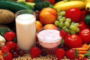 groenten, fruit en een glas melk