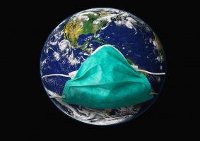 wereldbol met een mondkapje