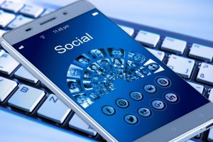 Smartphone met het woord Social op
