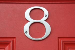 Huisnummer 8 op een deur