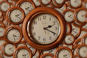 verschillende analoge klokken door elkaar