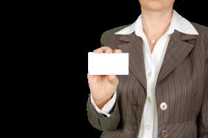Vrouw die visitekaartje toont