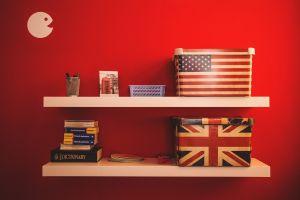muur met planken met hierop dozen met de Britse en Amerikaanse vlag
