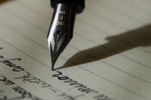 Vulpen schrijft tekst op lijntjespapier