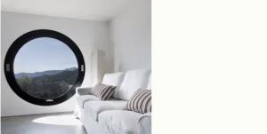 cirkelvormig venster in een kamer