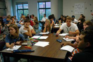 klaslokaal met leerlingen rond tafel en schriftjes op bank
