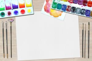 verf, penselen en een wit blad papier