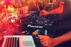 DJ aan draaitafel