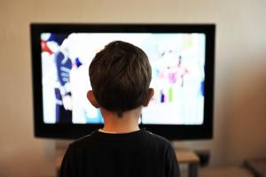 kind kijkt naar televisie