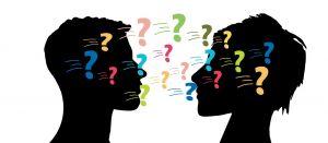 man- en vrouwenhoofd met vraagtekens rond