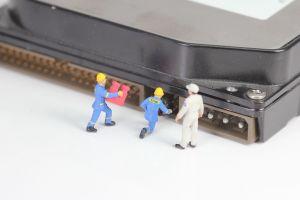 afbeelding van computeronderdeel met miniatuurmannetjes