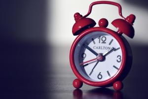 rode, ouderwetse klok