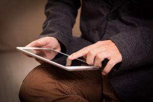 Man werkt op tablet