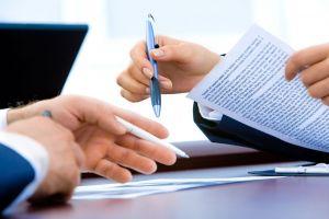 Twee paar handen die documenten ondertekenen