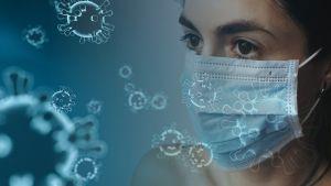 Vrouw met mondmasker en afbeeldingen van virussen