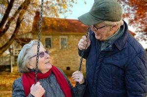 Twee grootouders in de tuin