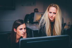 twee vrouwen achter PC