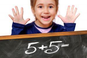 Meisje toont de som 5 + 5