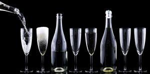 flessen en glazen op een rij