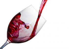 glas rode wijn dat gevuld wordt