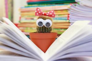 cactus leest in een boek