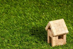 klein houten huisje op het gras