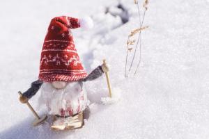 kabouter op skilatten in de sneeuw