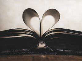 boek waarvan de blaadjes tot een hartje zijn geplooid