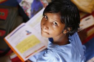 kind heeft een opengeslagen boek vast