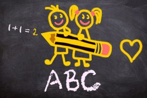 schoolbord met twee leerlingen op en ABC