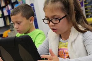twee kinderen werken op de tablet