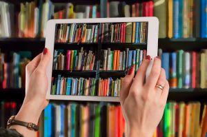 Tabletscherm brengt een bibliotheek in beeld.