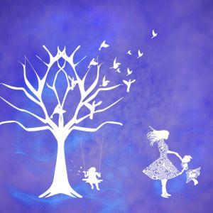 tekening van witte boom en kindje op schommel