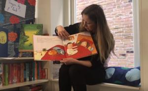 Mevrouw die kinderboek voorlees