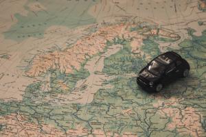 wereldkaart met een auto op