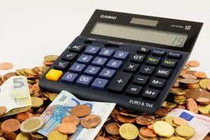 een rekenmachine die op munten en biljetten staat
