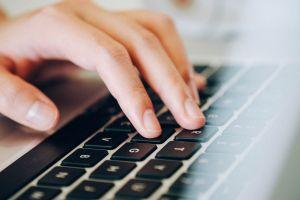 Hand op toetsenbord