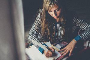 Vrouw schrijft met een pen