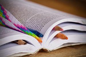 Woordenboek met potloden als bladwijzers