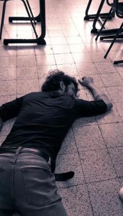 Leraar ligt dood op de grond van een klaslokaal