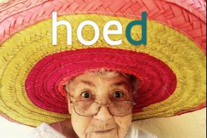 vrouw met een grote, kleurige hoed