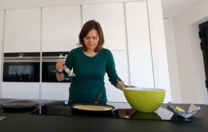 screenshot video : vrouw die pannenkoek bakt