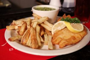 Fish and chips op een bord