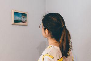 kind kijkt naar schilderij