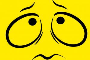 triestig gezicht op een gele achtergrond