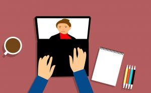 laptop en gezicht op scherm